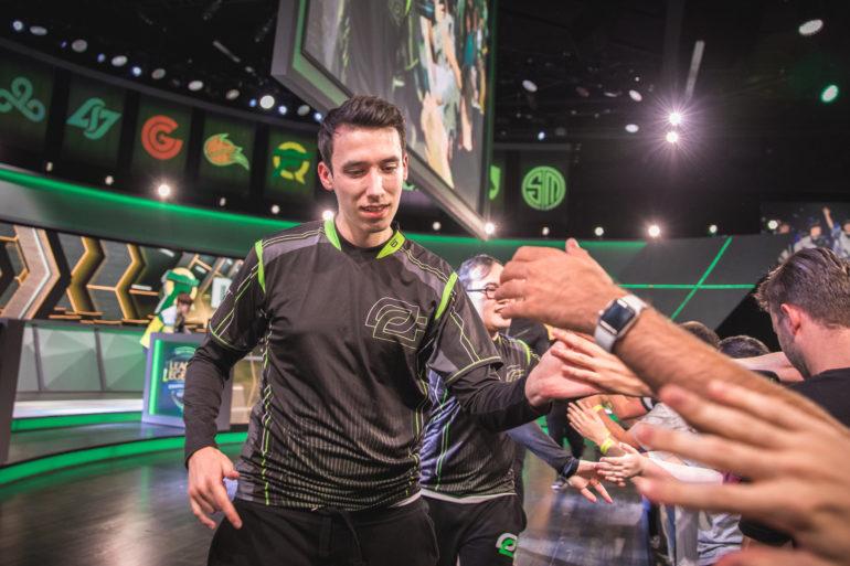 PowerOfEvil saluda a algunos aficionados tras un partido con OpTic